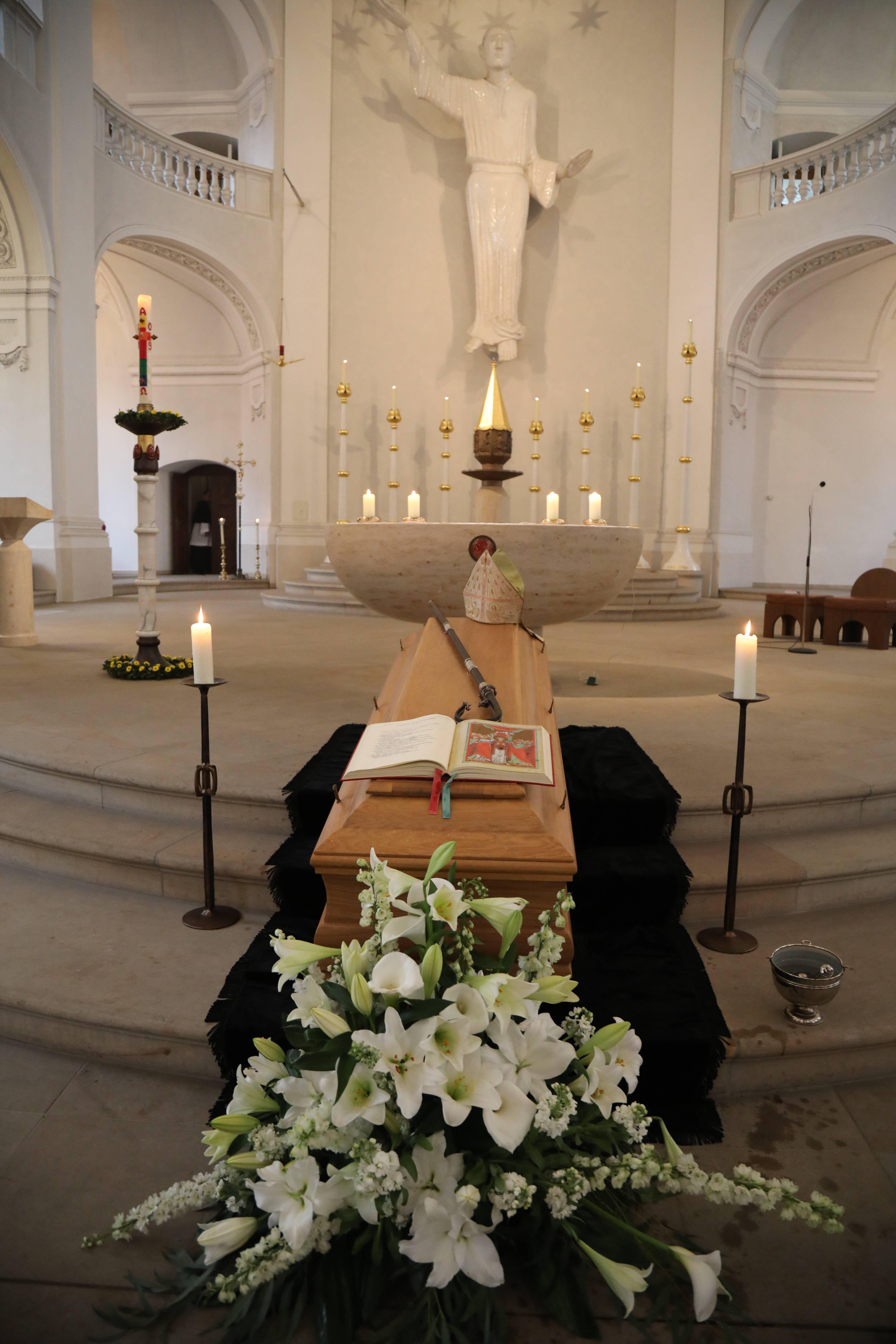 Der Sarg mit dem Leichnam von Bischof em. Dr. Paul-Werner Scheele ist am Mittwoch, 15. Mai, in der Seminarkirche Sankt Michael aufgebahrt worden.