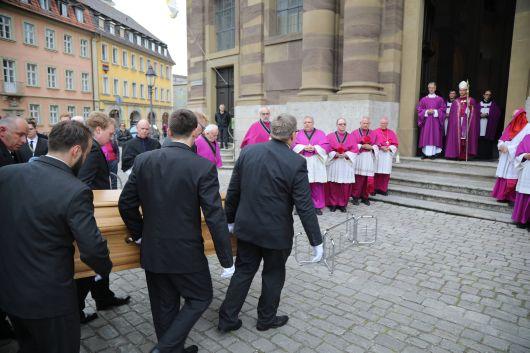Am Mittwoch, 15. Mai, wurde der Sarg mit dem Leichnam von Bischof em. Dr. Paul-Werner Scheele in die Würzburger Seminarkirche Sankt Michael gebracht und vor dem Altar aufgestellt. Nach einer Pontifikalvesper nutzten viele der Gläubigen die Gelegenheit, sich persönlich am Sarg von dem langjährigen Würzburger Bischof zu verabschieden und sich in die ausliegenden Kondolenzlisten einzutragen.