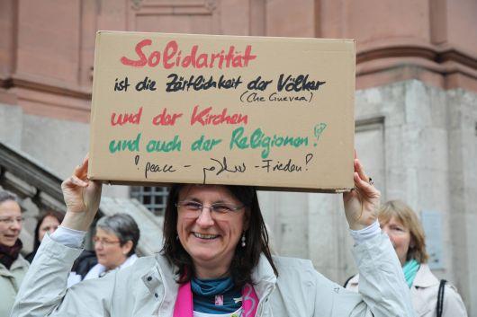 """Eine Mahnwache der Aktion """"Maria 2.0"""" fand am Donnerstag, 16. Mai, vor dem Würzburger Neumünster statt. Bischof Dr. Franz Jung suchte das Gespräch mit den teilnehmenden Frauen und Männern."""