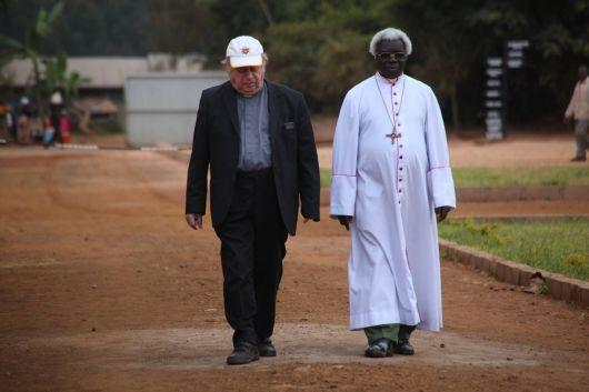 Weggefährten und Freunde: Bischof em. Dr. Paul-Werner Scheele und Bischof em. Dr. Emmanuel Mapunda 2011 auf dem Gelände des Bischofshauses von Mbinga.