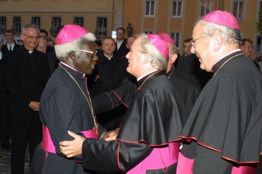 Am Vorabend der Amtseinführung von Bischof Dr. Friedhelm Hofmann im Jahr 2004 begrüßt Bischof Dr. Emmanuel Mapunda diesen in Würzburg.