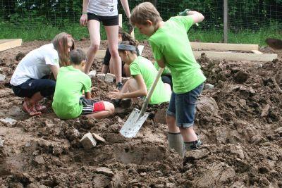 Bei der vergangenen bundesweiten 72-Stunden-Aktion bauten beispielsweise Schüler in Haibach eine Kräuterschnecke.