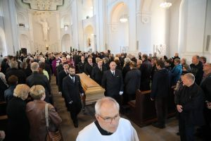 Am Freitagabend, 17. Mai, ist der Sarg mit dem Leichnam von Bischof em. Dr. Paul-Werner Scheele aus der Seminarkirche Sankt Michael in den Würzburger Kiliansdom gebracht worden.