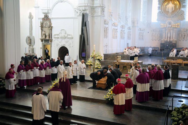 Viele hundert Menschen begleiteten die sterblichen Überreste von Bischof em. Dr. Paul-Werner Scheele von der Seminarkirche in den Kiliansdom. Dort feierte Bischof Dr. Franz Jung eine Totenvesper.
