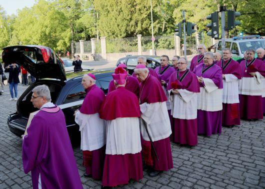 Am Freitagabend, 17. Mai, ist der Sarg mit dem Leichnam von Bischof em. Dr. Paul-Werner Scheele in den Würzburger Kiliansdom gebracht worden. Das Domkapitel wartete vor der Seminarkirche Sankt Michael, bis der Sarg in den Leichenwagen eingeladen war.