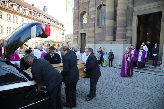 Bischof Dr. Jung wartet am Leichenwagen vor der Seminarkirche, bis der Sarg mit dem Leichnam von Bischof em. Dr. Paul-Werner Scheele verstaut ist.