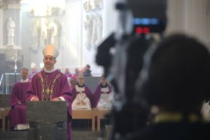 Über 1500 Menschen verfolgten im Internet die Liveübertragung des Requiems für Bischof em. Dr. Paul-Werner Scheele und die anschließende Beisetzung .