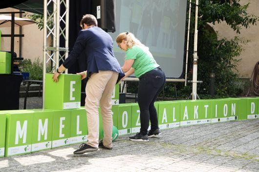 Jeder der grünen Würfel, aus denen BDKJ-Diözesanvorsitzender Sebastian Dietz und viele Helfer eine Mauer bauen, steht für einen BDKJ-Diözesan- oder Jugendverband.