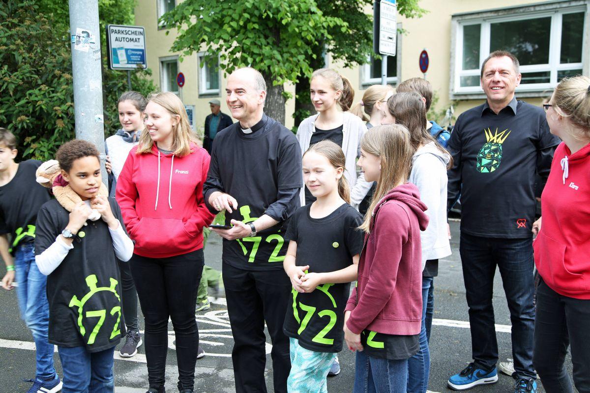 Bischof Dr. Franz Jung testet den Actionbound der Ministranten aus Rottenbauer. Rechts hinten DAHW-Geschäftsführer Burkard Kömm.