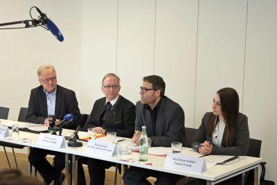 Moderator Pressesprecher Bernhard Schweßinger, Generalvikar Thomas Keßler, Rechtsanwalt Dr. Hans-Jochen Schrepfer und Rechtsanwältin Heidi Frank.