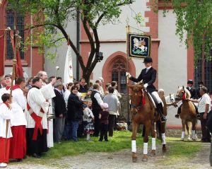 Pfarrer Oswald Sternagel segnet die Pferde beim traditionellen Pfingstritt.