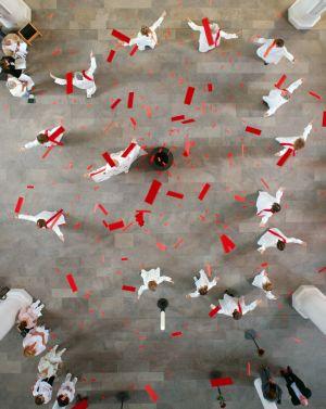Ein rotes Tuch fällt über den Altar,  rote Papierfetzen vom Dach der Kirche: Pfingstgottesdienst in Maria Geburt.