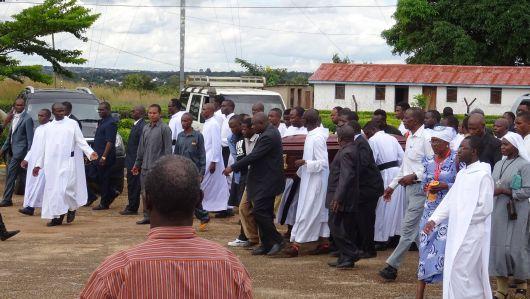 Priester des Bistums Mbinga tragen den Sarg mit dem Leichnam von Bischof em. Dr. Emmanuel Mapunda.