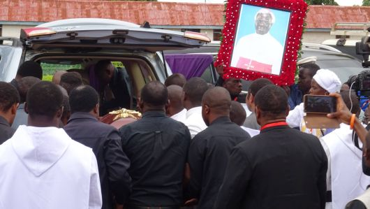 Mit dem Geländewagen wurde der Sarg mit dem Leichnam von Bischof Mapunda vom Flughafen in Songea nach Mbinga überführt.