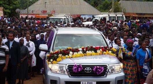 Unter großer Anteilnahme der Bevölkerung ist Bischof em. Dr. Emmanuel Mapunda in Mbinga beigesetzt worden.