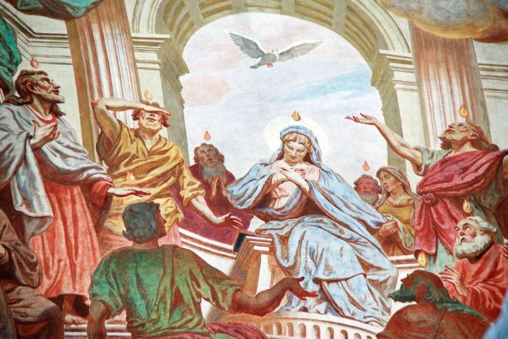 Der Heilige Geist kommt über Maria und die Apostel im Abendmahlssaal. Pfingstliches Deckenfresko aus der Würzburger Neumünsterkirche.