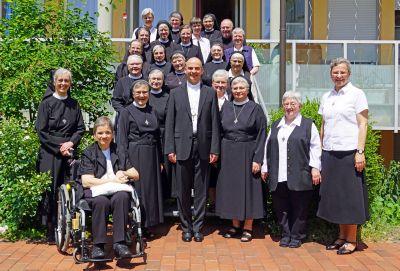Bischof Dr. Franz Jung (vorne Mitte), der geistliche Beirat Pater Alois Riedelsberger aus Wien (hinten rechts) und die Kapitularinnen des elften Generalkapitels der Ritaschwestern gratulieren Schwester Rita-Maria Käß (vorne 3. von rechts) zur Wiederwahl als Generaloberin der Ordensgemeinschaft.