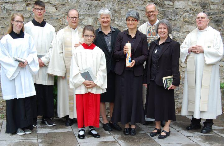 Strahlende Gesichter am Tag der Ewigen Profess von Schwester Beate Krug (mit Kerze) im Kloster Oberzell der Dienerinnen der Heiligen Kindheit Jesu.