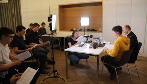 Live aus dem Medienhaus des Bistums Würzburg ist am Freitag, 7. Juni, eine Vesper mit Bischof Dr. Franz Jung via YouTube ins Internet gestreamt worden.  Eine Gruppe junger Erwachsener nahm vor Ort an dem Gottesdienst teil.