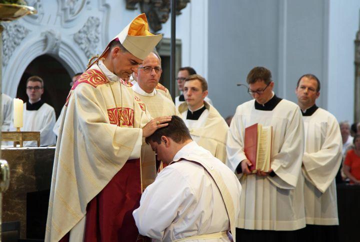 Bischof Dr. Franz Jung weiht Frank Elsesser am 8. Juni im Kiliansdom zum Priester.