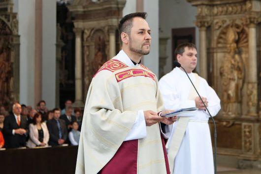 """Zu Beginn der Feier stellte Domvikar Regens Stefan Michelberger vom Priesterseminar Würzburg den Weihekandidaten vor und bat ihn, vor den Bischof zu treten. Der Diakon bekundete seine Bereitschaft zur Priesterweihe mit den Worten: """"Hier bin ich."""""""