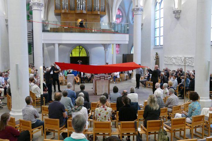 """Im Rahmen einer Feierstunde in der Pfarrkirche Maria Geburt in Aschaffenburg wird das Buch """"voll Gott"""" enthüllt."""