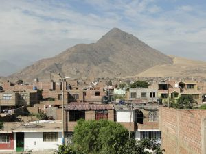 Blick auf den Stadtteil La Esperanza der peruanischen Großstadt Trujillo – im Hintergrund der Hausberg Cerro Cabras, den Wackerbauer bereits über 130 Mal bestiegen hat.