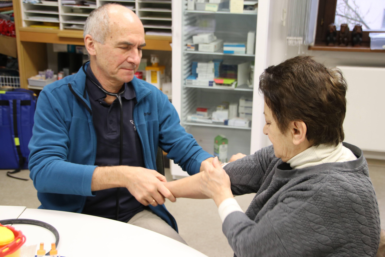 Oft erleichtern Gesten die Verständigung, etwa das sanfte Hochschieben des Ärmels zur Vorbereitung auf die Blutdruckmessung.