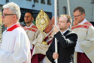 Tausende Katholiken begleiten am Fronleichnamsfest Jesus Christus im eucharistischen Brot durch die Straßen der Städte und Dörfer im Bistum Würzburg. Das Foto entstand 2018 bei der Würzburger Prozession. Auf dem Bild trägt Weihbischof Ulrich Boom die Monstranz.