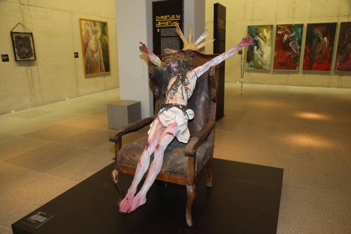 Zentrales Objekt in der Höfling-Ausstellung ist dieser Gekreuzigte im Lehnstuhl.