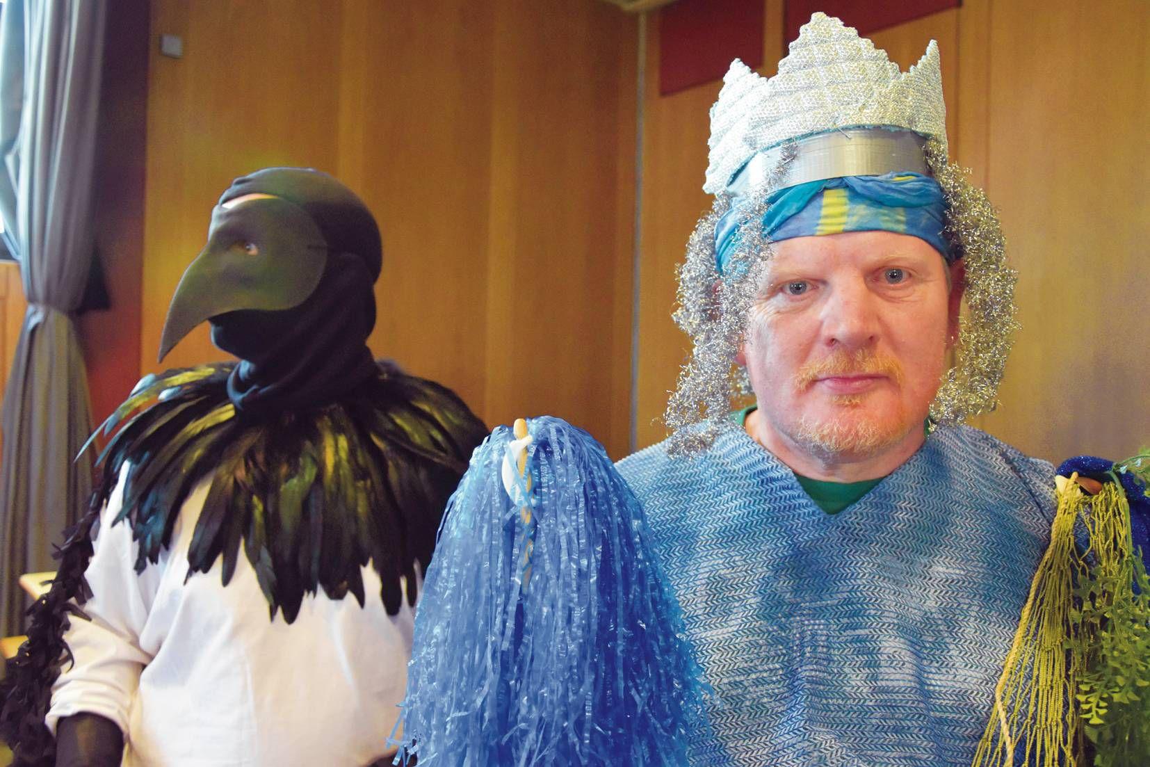 Enrico Illhardt (rechts) in der Rolle des Flussgottes Mönus, hinter ihm Andreas Hein als Elster.