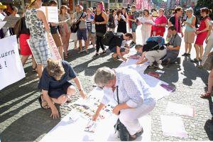 """Rund 60 Frauen und auch einige Männer unterstützten bei einem Smart Mob auf dem Domvorplatz die Aktion """"Maria 2.0""""."""