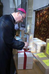 Der Trierer Bischof Dr. Stephan Ackermann siegelt den Karton mit Originaldokumenten des Verfahrens.