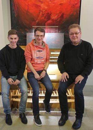 Drei Orgelfans beim Fachsimpeln: Gregor Frede (rechts) und zwei Orgelschüler an ihrem Lieblingsinstrument.