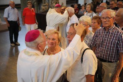 Die Ehepaare ließen sich nach dem Gottesdienst unter anderem von Weihbischof Ulrich Boom (vorne) und Bischof Dr. Franz Jung (hinten) den Segen erteilen.