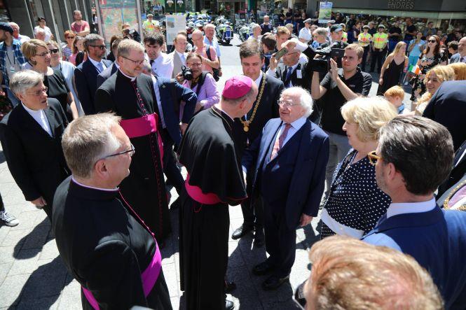 Am Domvorplatz holte Bischof Dr. Franz Jung den  irischen Präsident Michael Higgins und dessen Gattin Sarah ab.