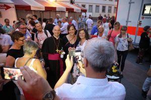 Viele nutzen die Gelegenheit, ein Foto mit Bischof Dr. Franz Jung zu machen.