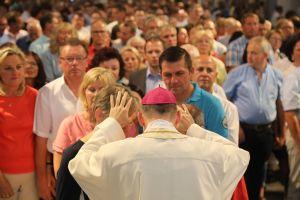 Eine Schlange bildete sich am Ende des Gottesdiensts bei Bischof Dr. Franz Jung. Viele Silberehepaare wollten sich von ihm segnen lassen.