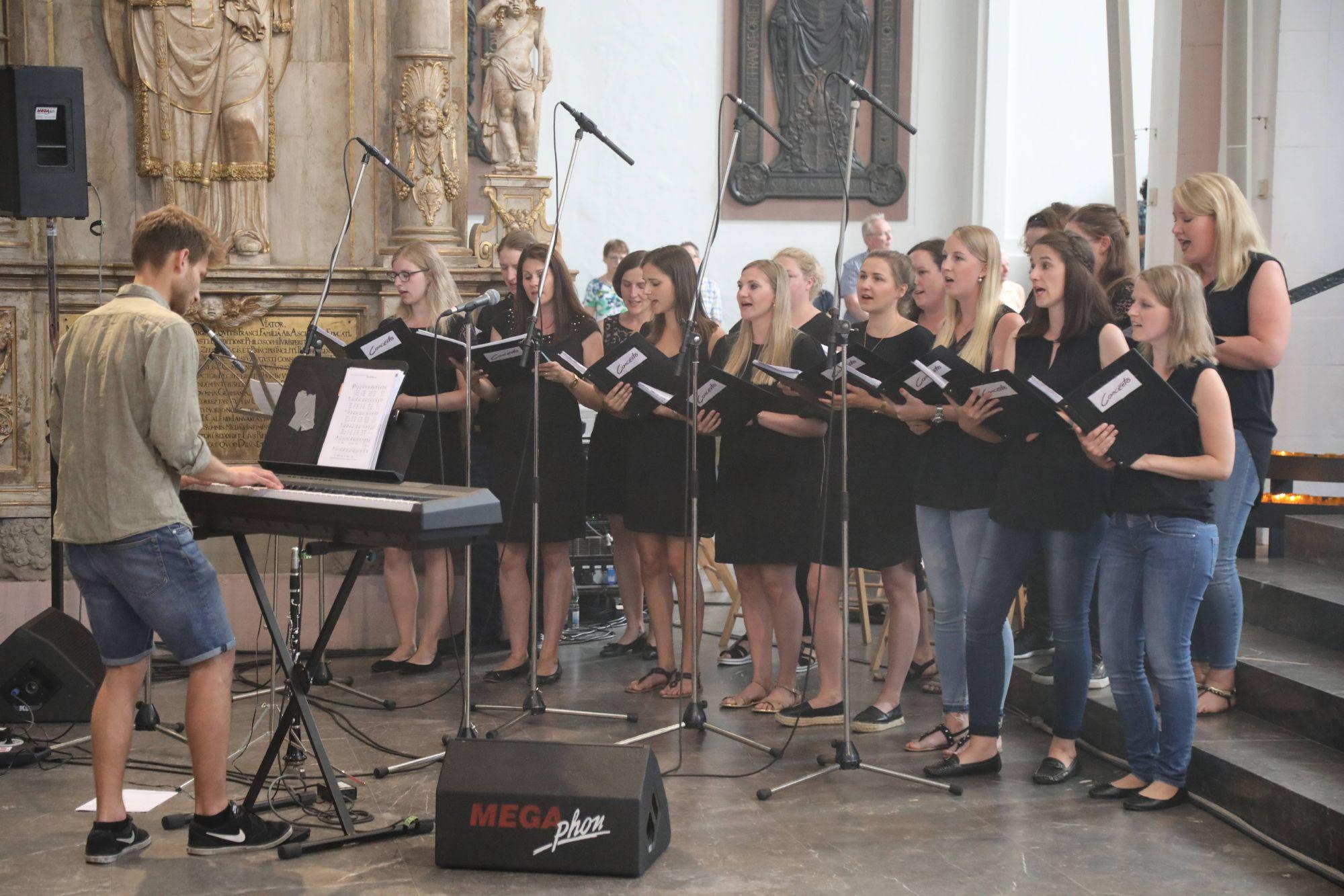 Rund 1300 Personen feierten am Freitag, 5. Juli, den Gottesdienst für Ehepaare, die vor 25 Jahren geheiratet haben, im Würzburger Kiliansdom mit.
