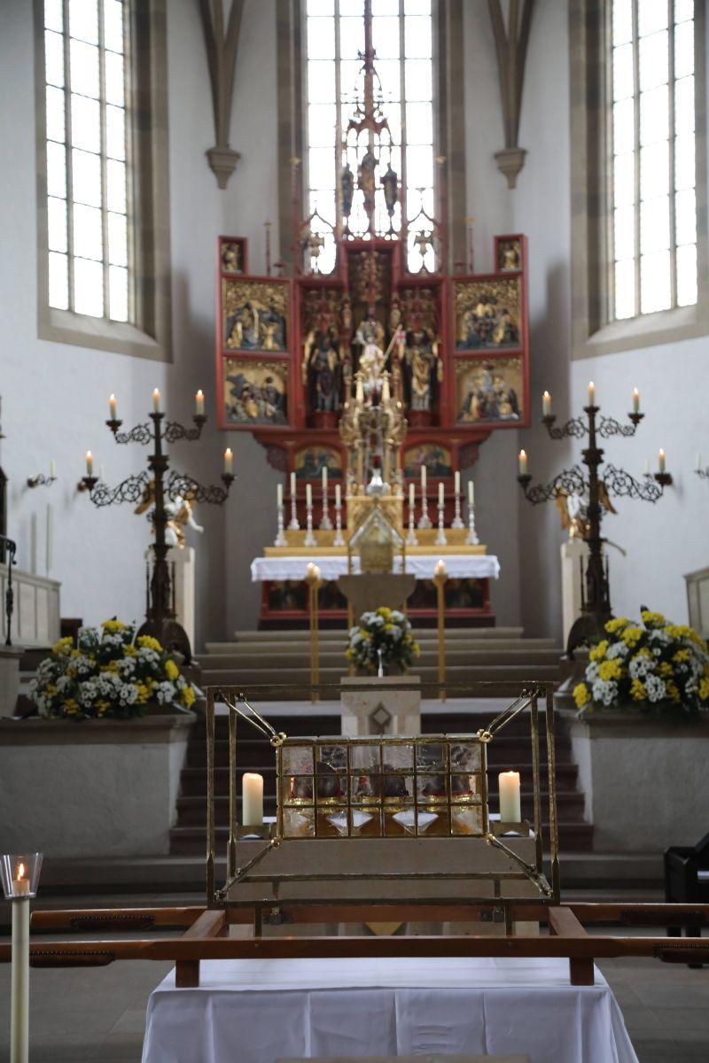 Mit der Reliquienprozession von der Pfarrkirche Sankt Burkard über die Alte Mainbrücke in den Kiliansdom und einem Pontifikalgottesdienst ist am Sonntag, 7. Juli, die Kiliani-Wallfahrtswoche 2019 eröffnet worden.