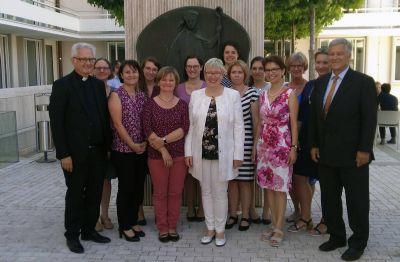 Über elf neue Fachkräfte für die Schulseelsorge freuen sich Schulreferent Domdekan Prälat Günter Putz (links) sowie die Kursleiter Helga Kiesel (8. von rechts) und Ulrich Geißler (rechts).