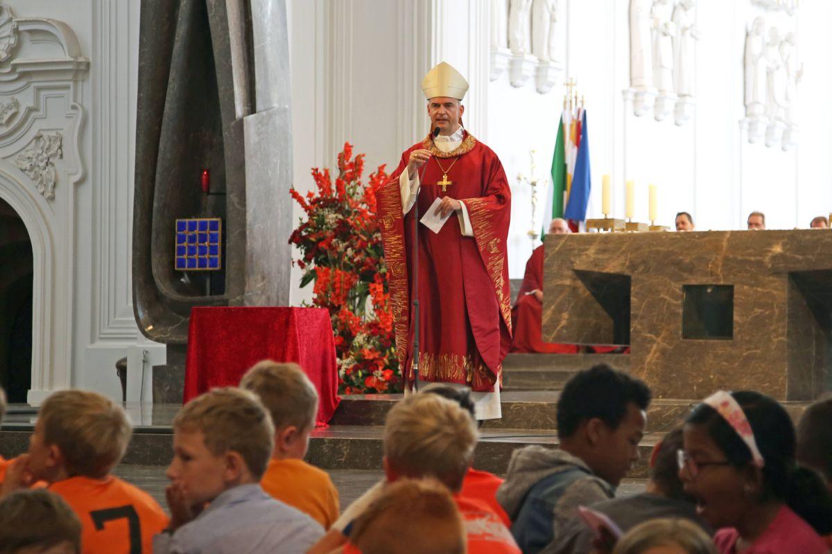 Bischof Dr. Franz Jung feierte mit den Kommunionkindern aus den Dekanaten Alzenau, Aschaffenburg-Ost, -Stadt und West, Karlstadt, Lohr, Miltenberg und Obernburg einen Gottesdienst im Kiliansdom.
