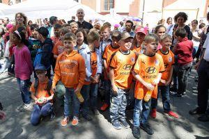"""Die Kommunionkinder aus der Pfarreiengemeinschaft """"Sankt Laurentius am Spessart, Marktheidenfeld"""" beim Gruppenbild mit Bischof Dr. Franz Jung."""