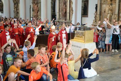 Bischof Dr. Franz Jung feierte mit den Kommunionkindern einen Gottesdienst im Kiliansdom.