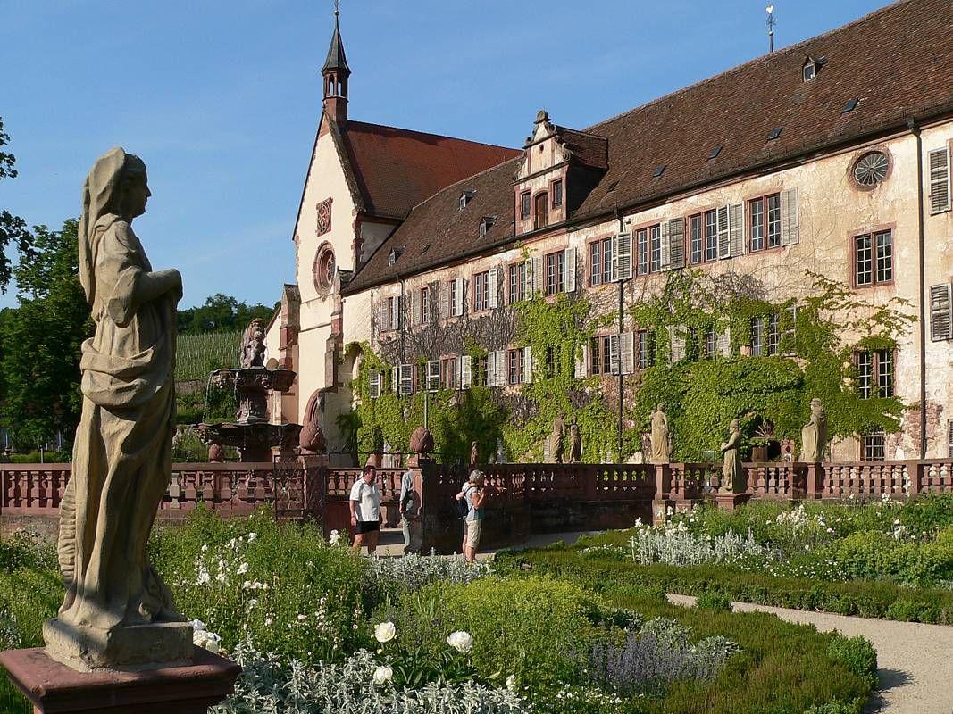 Von der Orangerie aus genießt man die schönste Aussicht auf die Hauptgebäude: Klosterkirche und Prälatenbau.