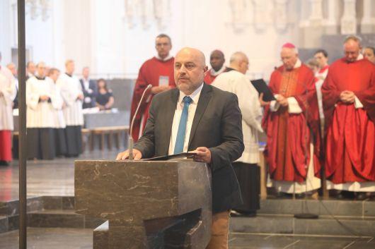 Weihbischof Ulrich Boom feiert mit rund 1200 Personen am Tag der Räte und Politiker Gottesdienst. Eine Begegnung auf dem Kiliansplatz schloss sich an.