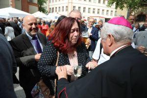 Unter den zahlreichen Gratulanten auf dem Kiliansplatz waren auch die Vorstandsmitglieder des Diözesanrats  der Katholiken Ralf Sauer und Lucia Stamm.
