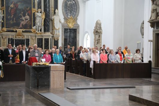 Bischof em. Dr. Friedhelm Hofmann feierte den Kiliani-Gottesdienst für Priester, Diakone und pastorale Kräfte am Dienstag, 9. Juli,  und beging damit nachträglich sein 50. Jubiläum der Priesterweihe. Zahlreiche Gläubige nutzten die Begegnung auf dem Kiliansplatz im Anschluss, um Bischof Hofmann persönlich zu gratulieren.