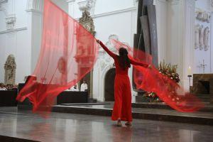 Ruth Weisel untermalte den Psalmruf mit einem liturgischen Tanz.