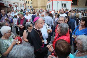 Immer dicht von Menschen umlagert: Bischof Dr. Franz Jung.